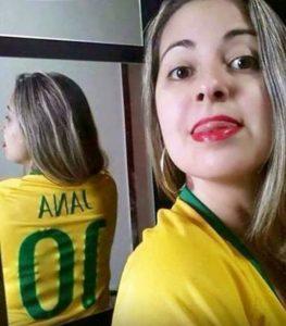 Den här selfien vänder olyckligtvis hennes namn i spegeln till något helt annat.