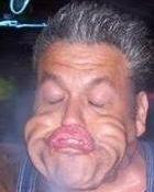 En till av många roliga grimaser med massor av skrynklig hud i ansiktet.
